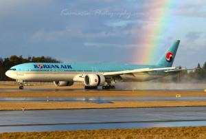 Flugzeug wird von Regenbogen getroffen
