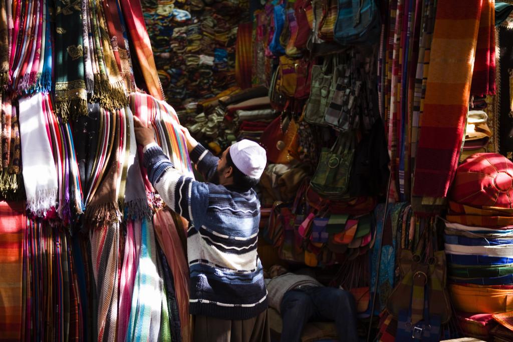 Händler preisen auf dem Markt ihre Waren an