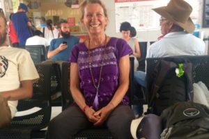 Autorin im Busbahnhof