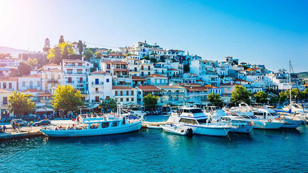 Blick auf Skiathos Stadt, Boote ankern im Hafen