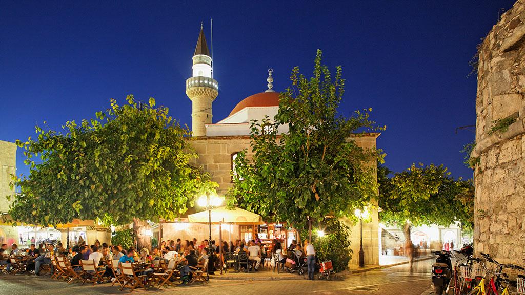 Blick auf Elftherias Square mit Moschee in Kos Stadt