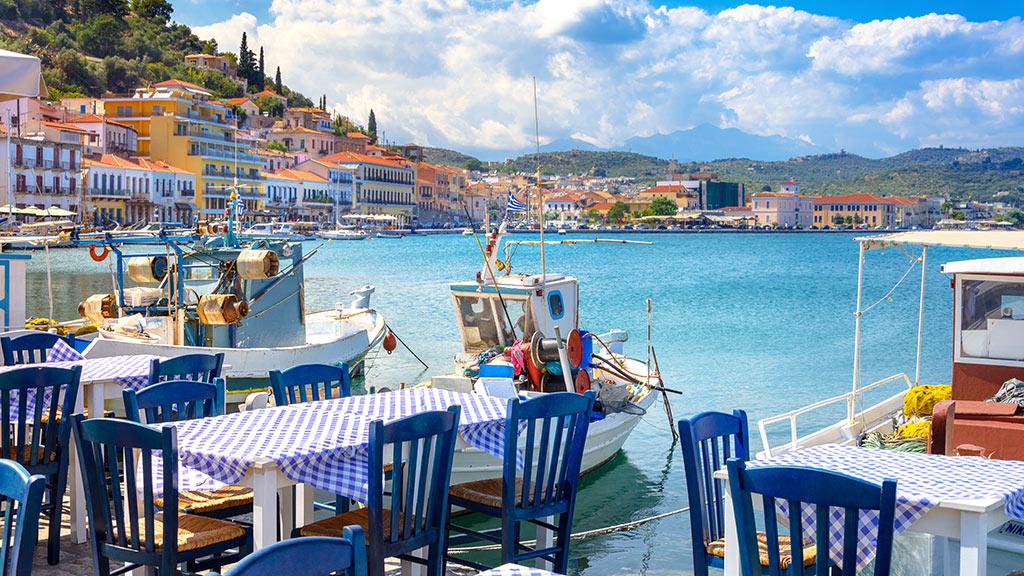 Restaurant in Gythia mit Blick auf Hafen, Peloponnes, Griechenland Guide