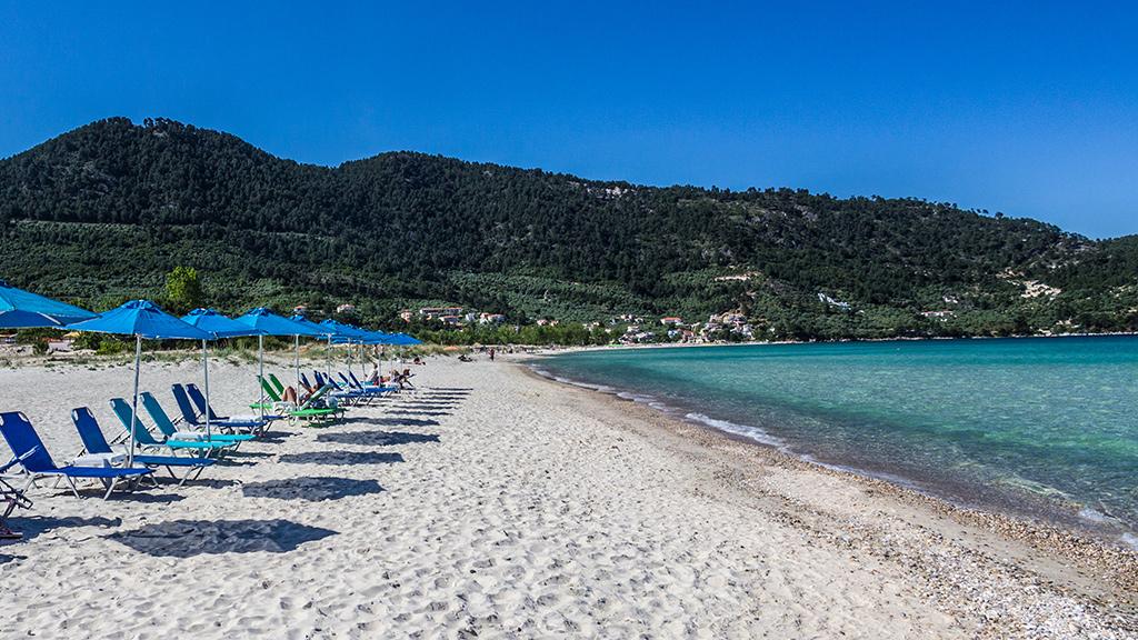 Blick auf Tripiti Beach, weißer Strand, Thassos, Griechenland Guide