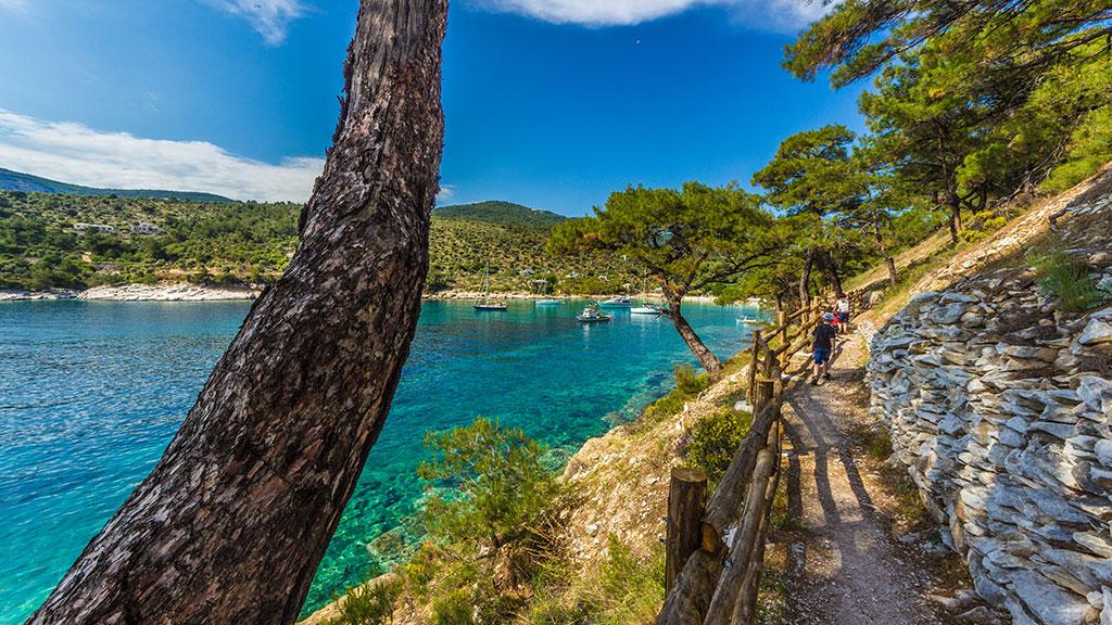 Wanderweg an Ufer mit Blick auf Bucht auf Thassos, Griechenland Guide