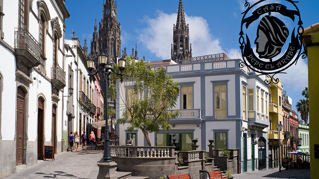 Altstadt von Arcuas mit alten Häusern und Kirche im Hintergrund