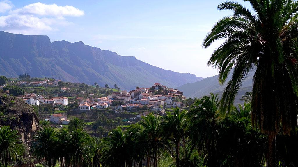 Blick auf das Dorf Fataga in grüner Landschaft in Gran Canaria