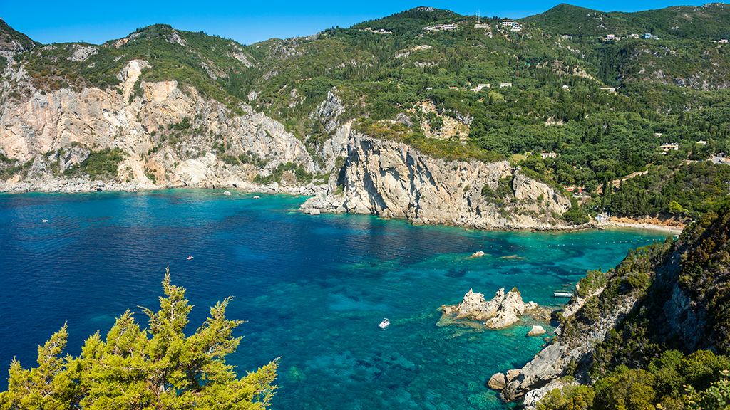 Blick auf Küste von Paleokastritsa auf Korfu, hohe Felsküste, kleine Buchten