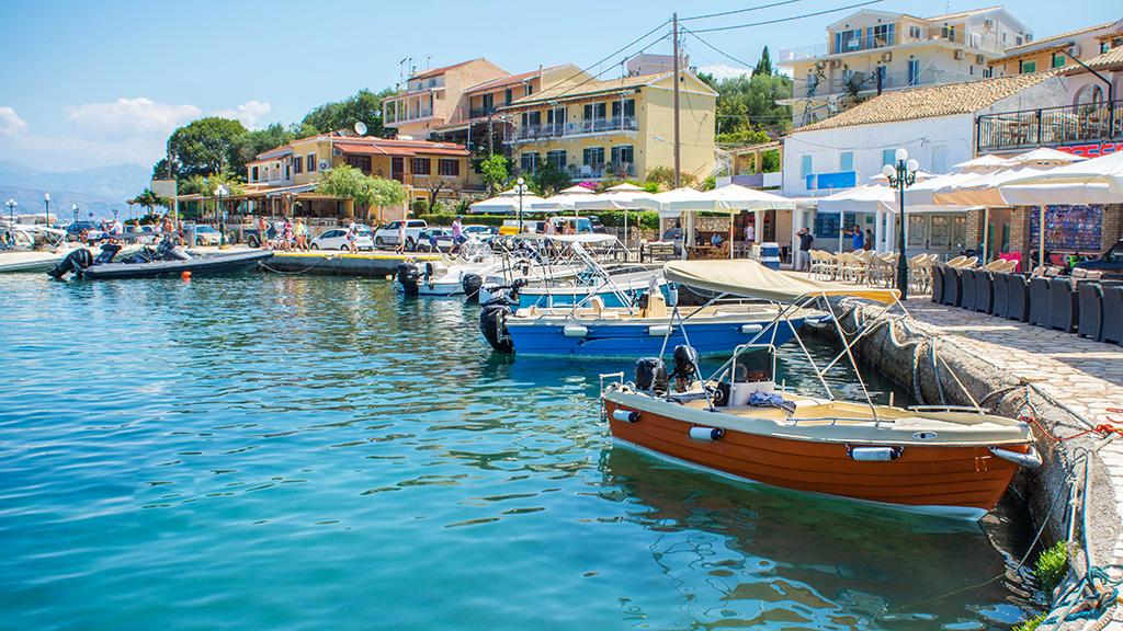 Blick auf Fischerhafen mit kleinen Booten von Kassiopi in Korfu