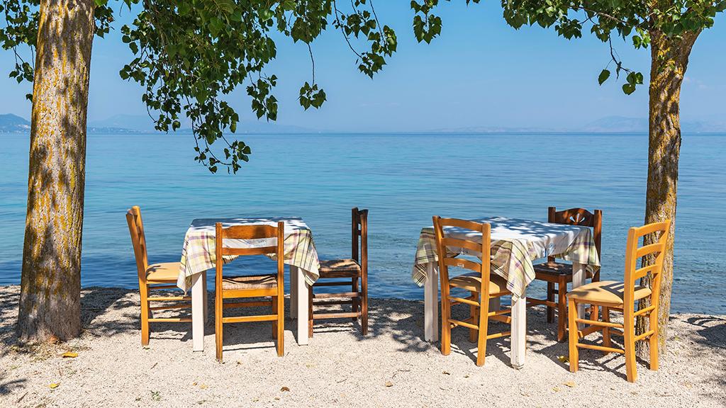 Zwei Tisch mit Stühlen mit Blick aufs Meer in Boukari, Korfu