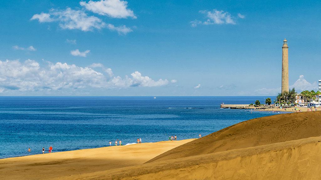 Dünen von Maspalomas auf Gran Canaria mit Meer im Hintergrund