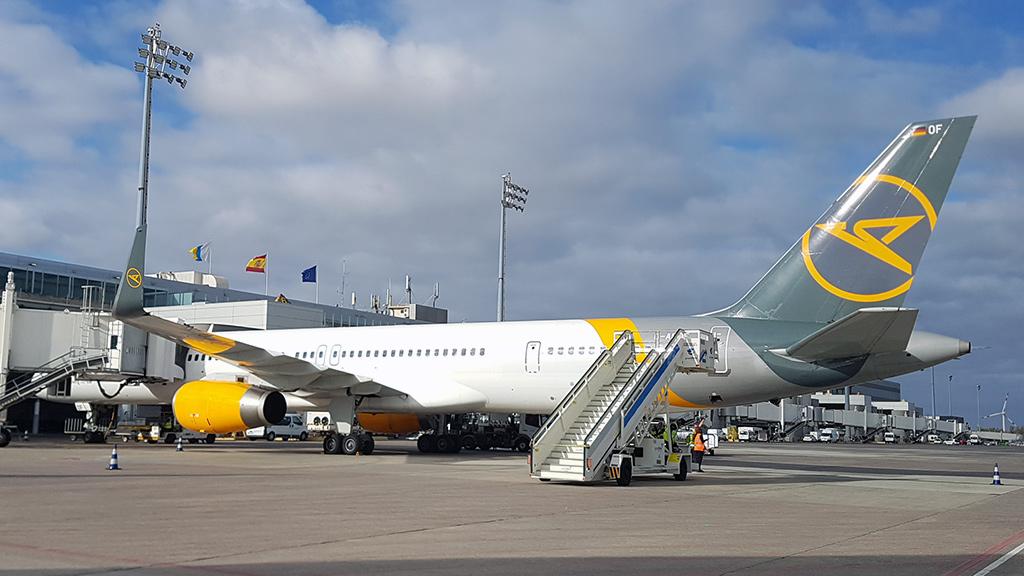 Condor Flugzeug parkt am Terminal vom Flughafen von Gran Canaria