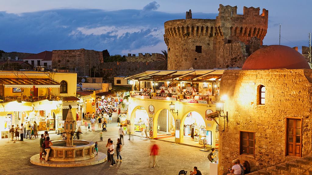 Blick auf Hippocrates Platz in Rhodos Stadt, Abendstimmung