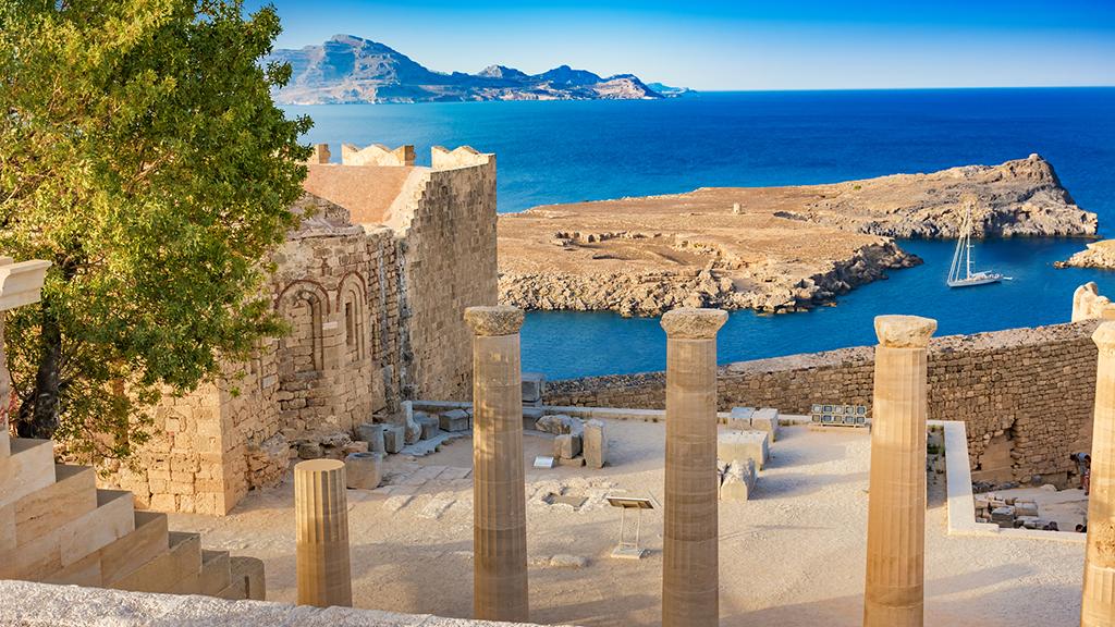 Blick auf Überreste von Akropolis von Rhodos, im Hintergrund das Meer