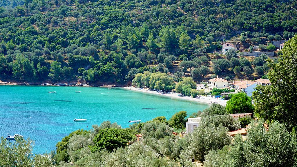Kervelis Bay auf Samos, kleine Bucht mit ein paar Häusern im Hintergrund