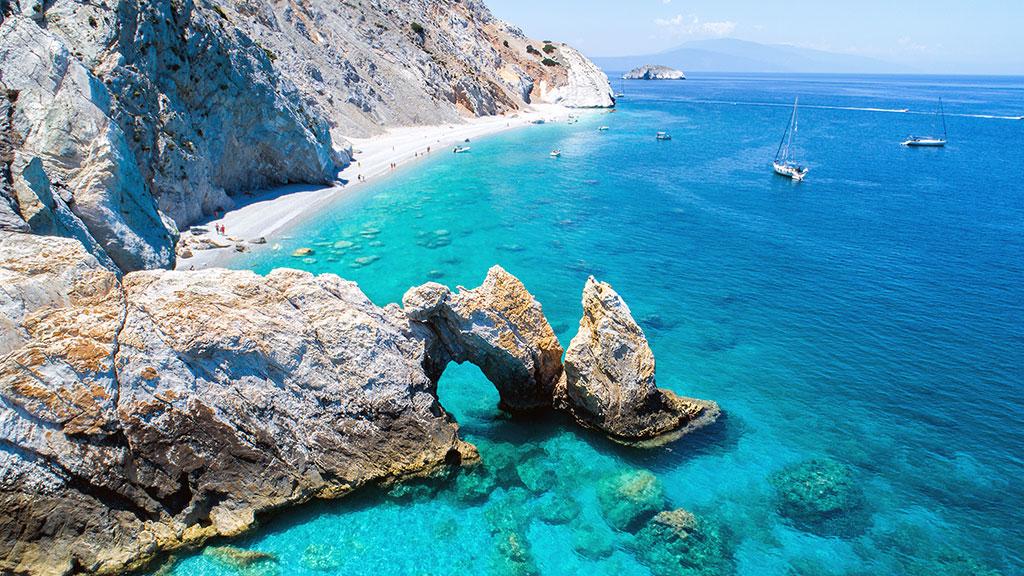 Blick auf Bucht von Lalaria auf Skiathos, Felsen, weißer Strand, türkisblaues Meer