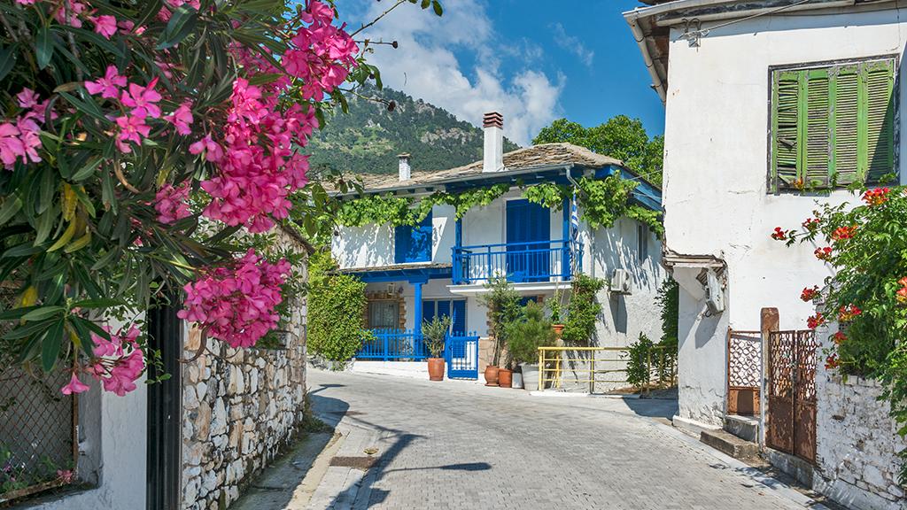 weiße Häuser im Dorf Panagia auf Thassos, Griechenland Guide