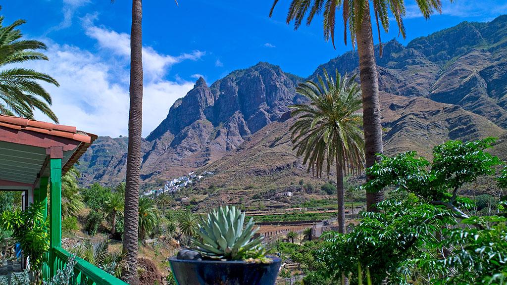 Agaete Tal auf Gran Canaria mit hohen Bergen im Hintergrund und Palmen im Vordergrund