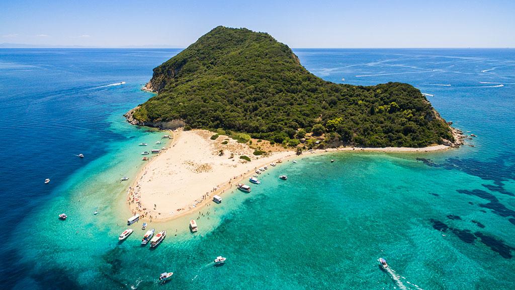 Blick auf Insel Marathonisi mit weißem Sand und türkisblauem Meer, Zakynthos