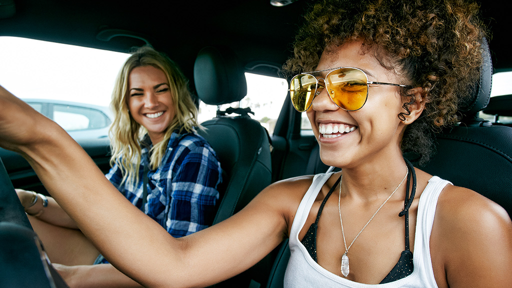 Zwei Frauen sitzen in Auto