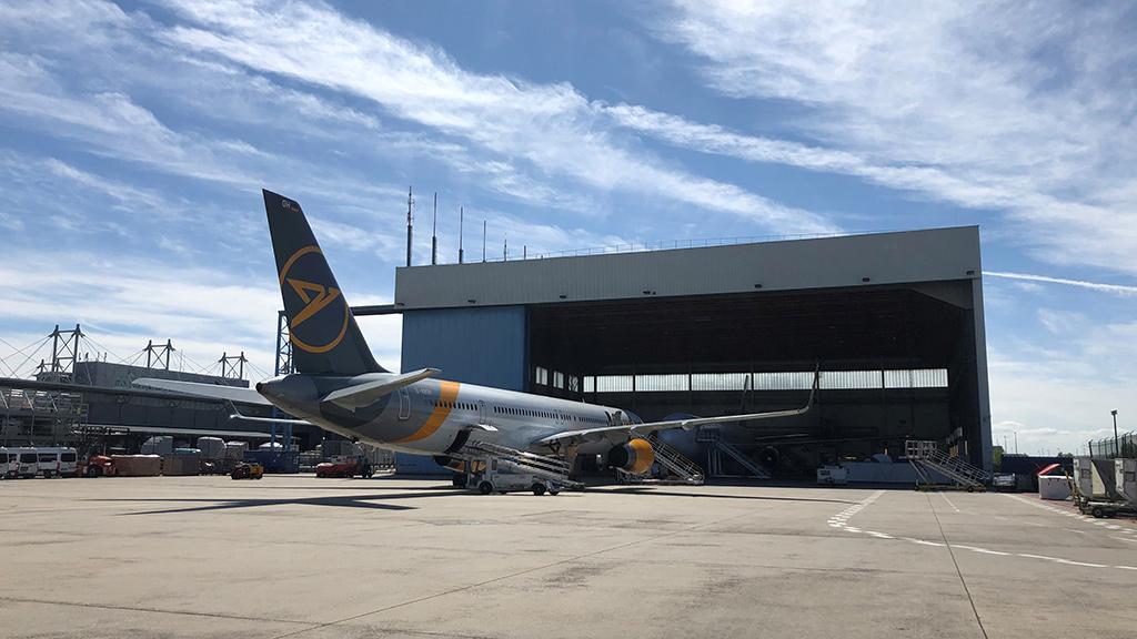 Condor Flugzeug vor Condor Technik Halle