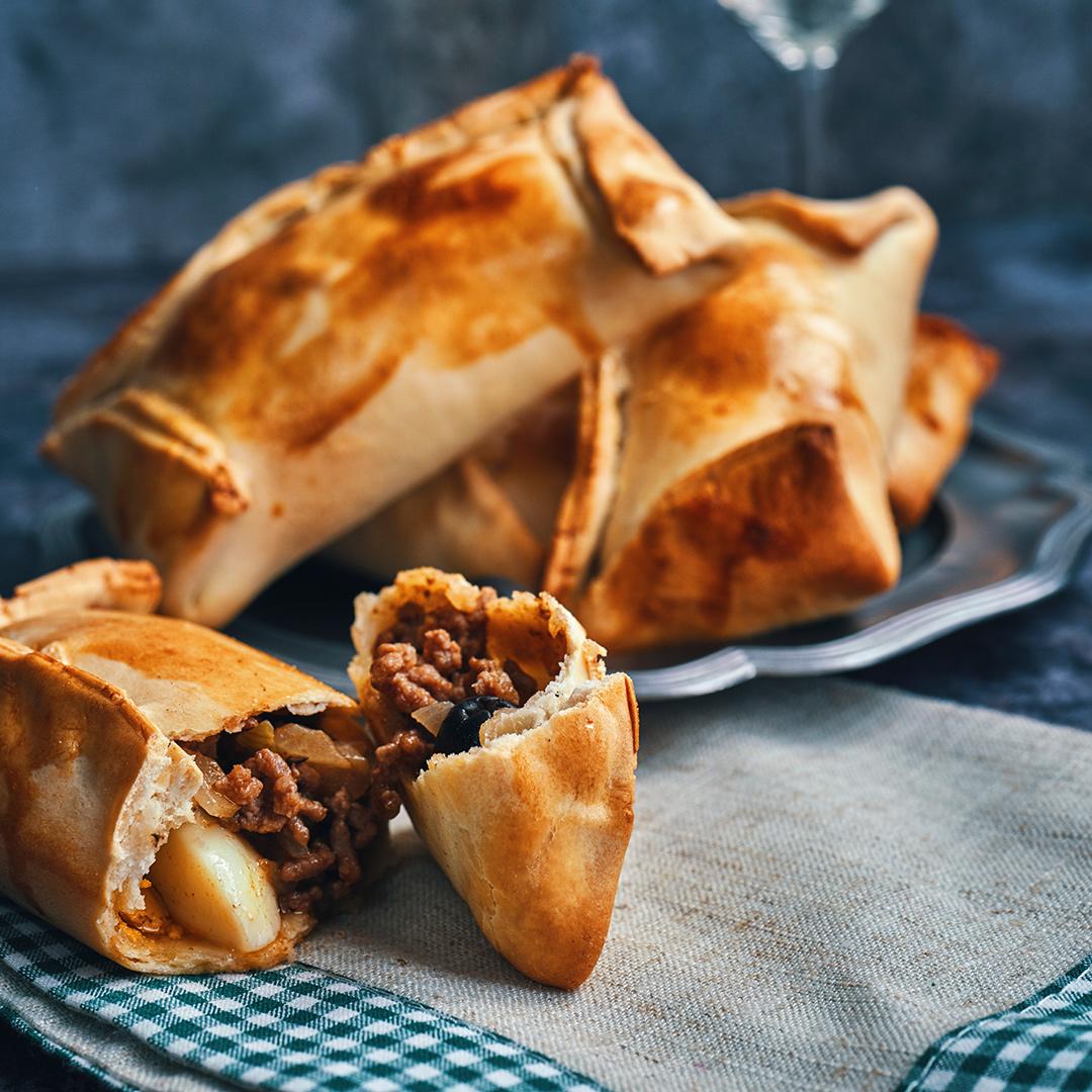 Mehrere Empanadas auf Tischdecke